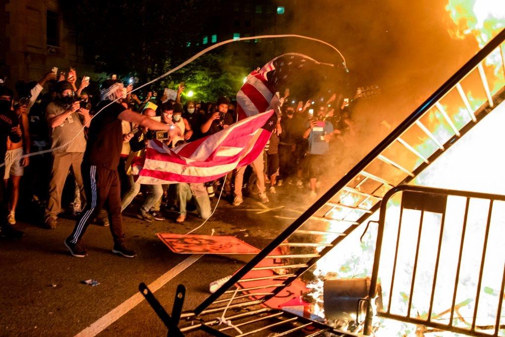 """Những vụ bạo loạn trong suốt hơn 3 tháng qua tại Mỹ đã chứng minh viễn cảnh u ám hơn bao giờ hết sau cuộc bầu cử, và cho thấy cánh tả cực đoan là một """"giáo phái"""" độc đoán, chống Mỹ điên cuồng."""