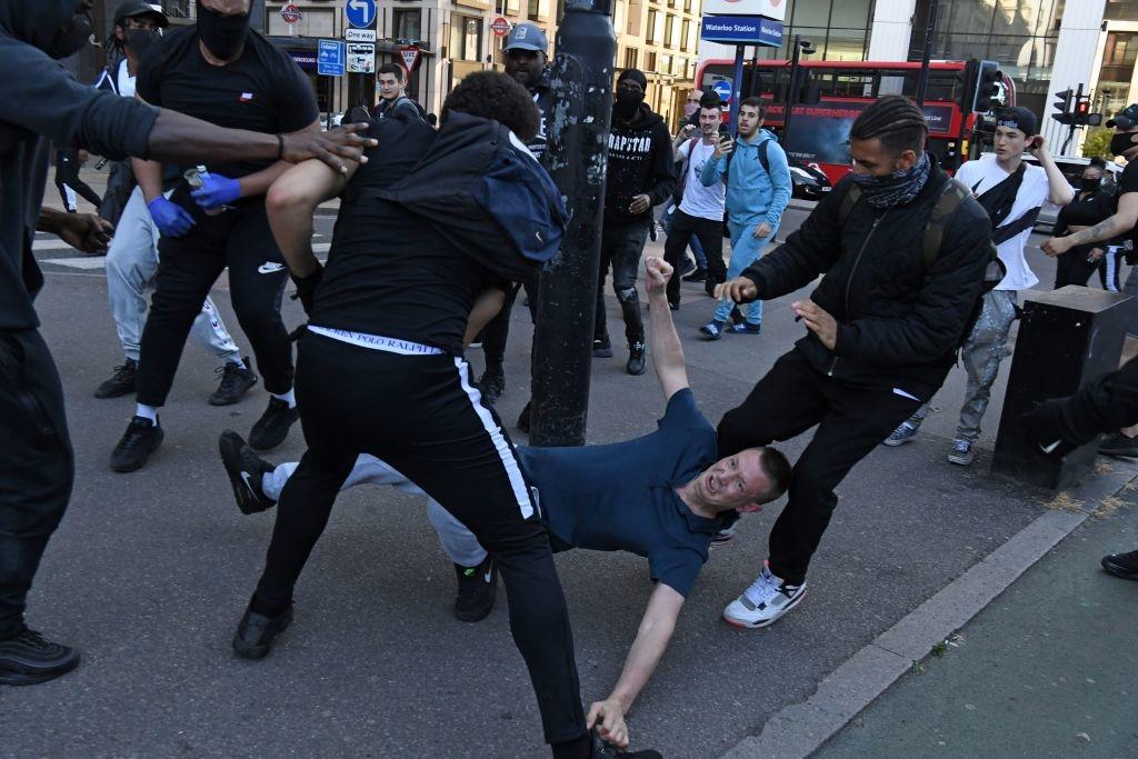 Ông thấy những người đứng ngoài các cuộc biểu tình bạo lực, họ bị tấn công vì không được coi là bạo lực hoặc ác độc như họ nên làm.