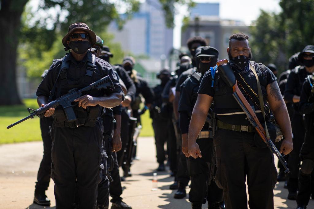 Sự hỗn loạn bắt đầu. Ông nhìn thấy những người biểu tình có mang vũ khí. Ông nhìn thấy mọi người đánh đập nhau dữ dội trên phố, và các cơ sở kinh doanh đóng cửa.