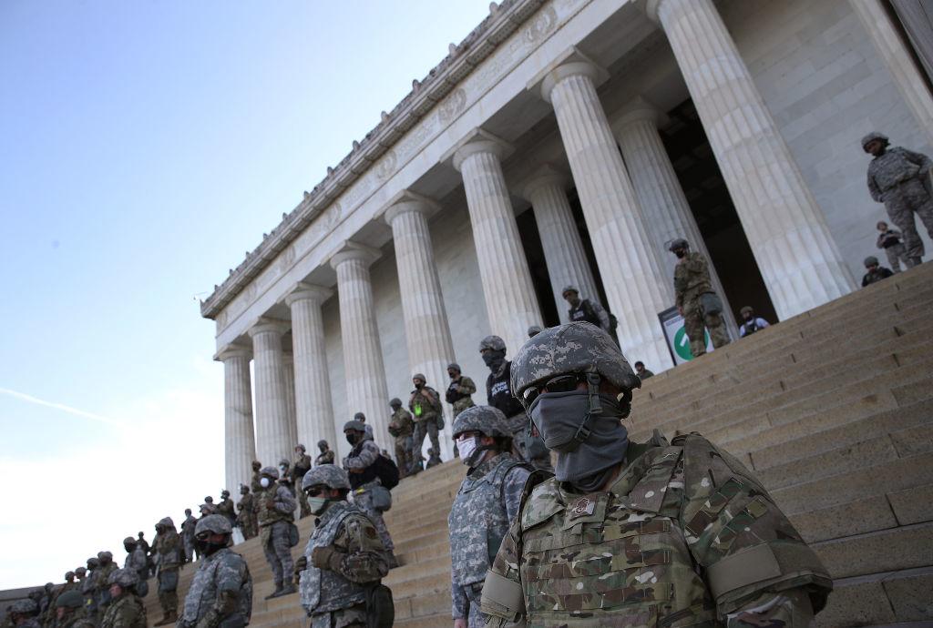 Tổng thống Trump đang tuyên bố rằng, ông sẽ triển khai quân đội để chấm dứt các cuộc nổi dậy.