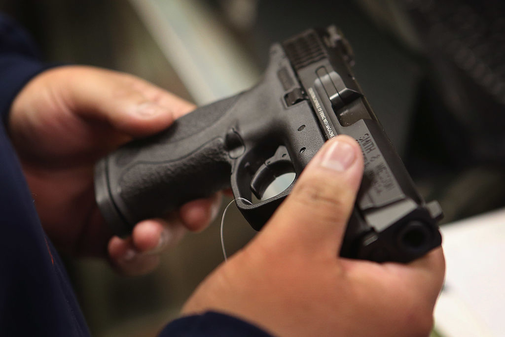 Đảng Cộng hòa ủng hộ quyền sở hữu vũ khí và chống lại việc kiểm soát vũ khí. Tuy nhiên đảng Dân chủ nỗ lực kiểm soát bằng cách muốn đưa ra các đạo luật để hạn chế.