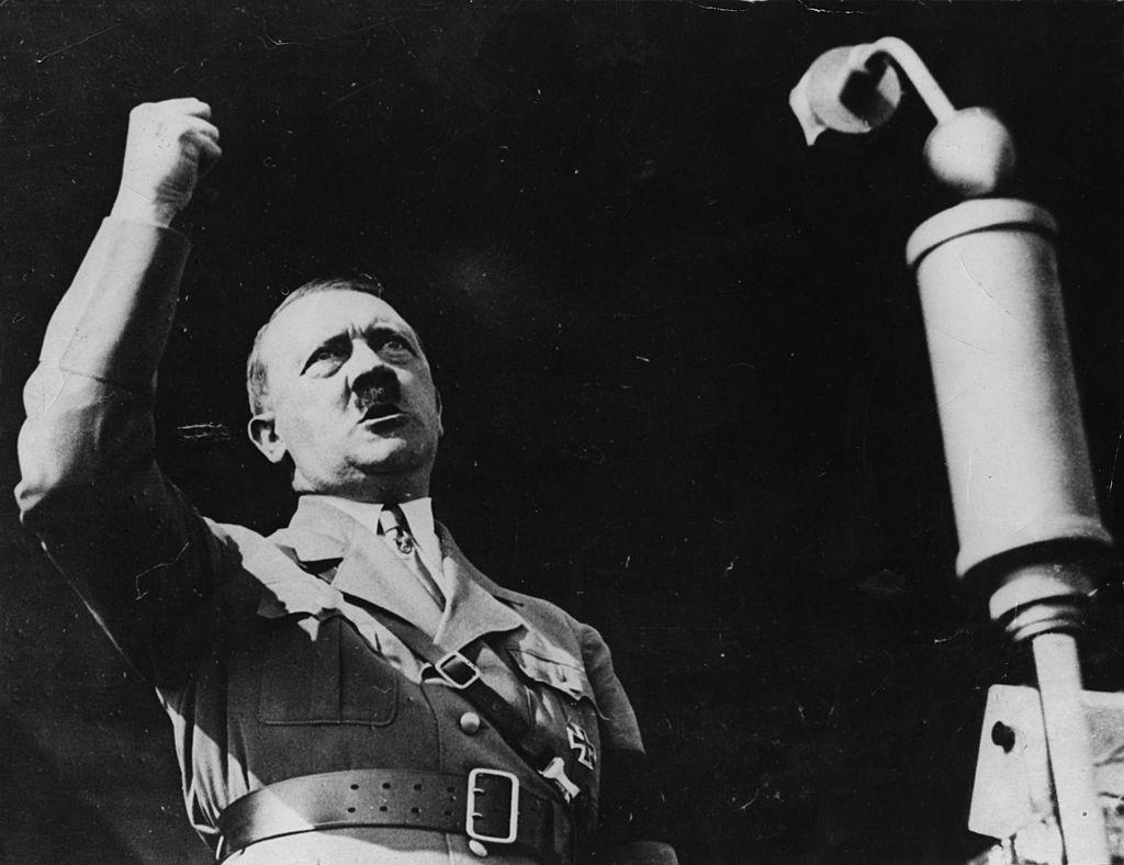 """Hitler đã chỉ vào hình vẽ binh nhì Henry Tandey và tiết lộ: """"Đó là người lính suýt chút nữa đã bắn tôi."""""""