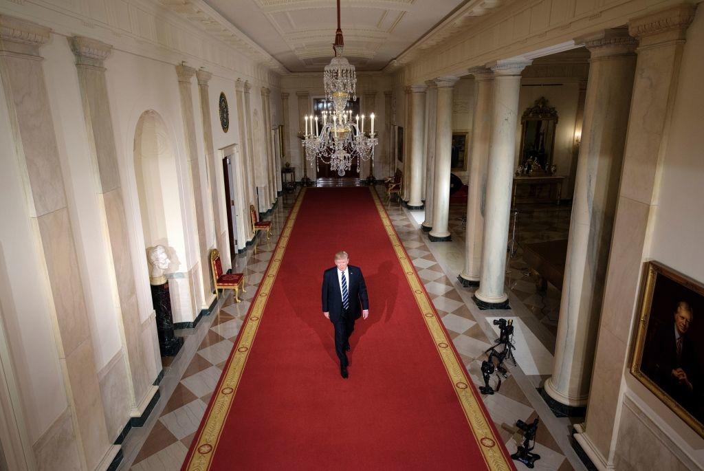 Tổng thống Donald Trump đi qua Cross Hall đến Phòng phía Đông để đề cử Neil M. Gorsuch vào vị trí của Thẩm phán Atonin Scalia tại Tòa án Tối cao Hoa Kỳ ngày 31/01/2017 ở Washington.