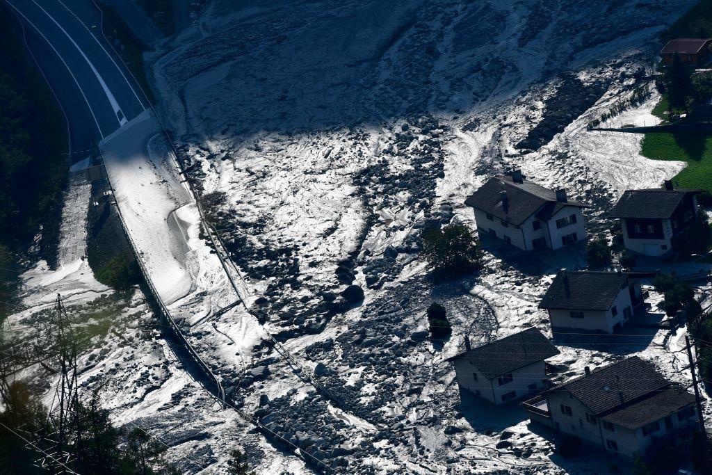 Năm 1998 xảy ra lũ lụt, dẫn đến lở đất và một phần của dãy núi đã bị đổ sụp xuống. Nước chảy cuồn cuộn, đất đá ầm ầm trôi xuống, người Mông Cổ không có cách nào để kháng cự.