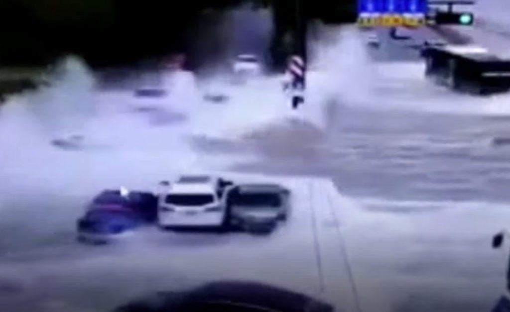 Khi sóng thủy triều khổng lồ ở Trung Quốc ập xuống…