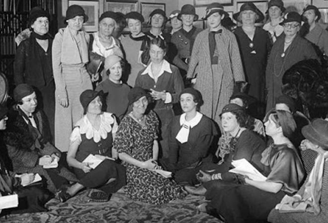 Eleanor Roosevelt với các phóng viên nữ ngay sau cuộc họp báo lần đầu tiên có sự tham dự phái nữ vào năm 1933. (Ảnh qua readthespirit.com)