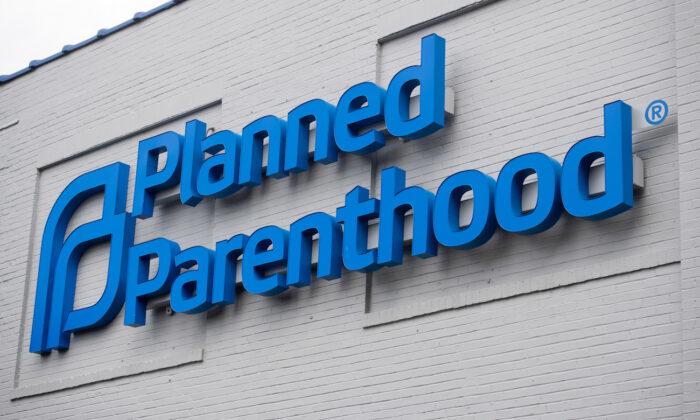 Tổng thống Trump nói sẽ 'cắt hoàn toàn tài trợ' cho ngành nạo phá thai nếu tái đắc cử