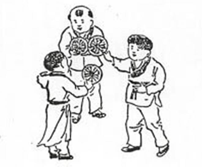 Hình vẽ có 3 đứa trẻ, tay mỗi đứa trẻ đều cầm một đồ chơi hình tròn, trong đó hai đứa mặc áo ngắn đang đổi đồ chơi cho nhau và đứng ở cùng nhau, đồng thời hướng mặt về phía đứa trẻ mặc áo dài.