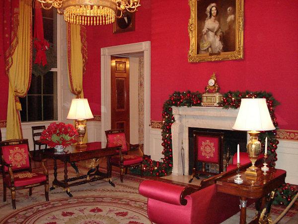 Red Room (Phòng Đỏ): Nơi xóa bỏ tập tục lạc hậu.