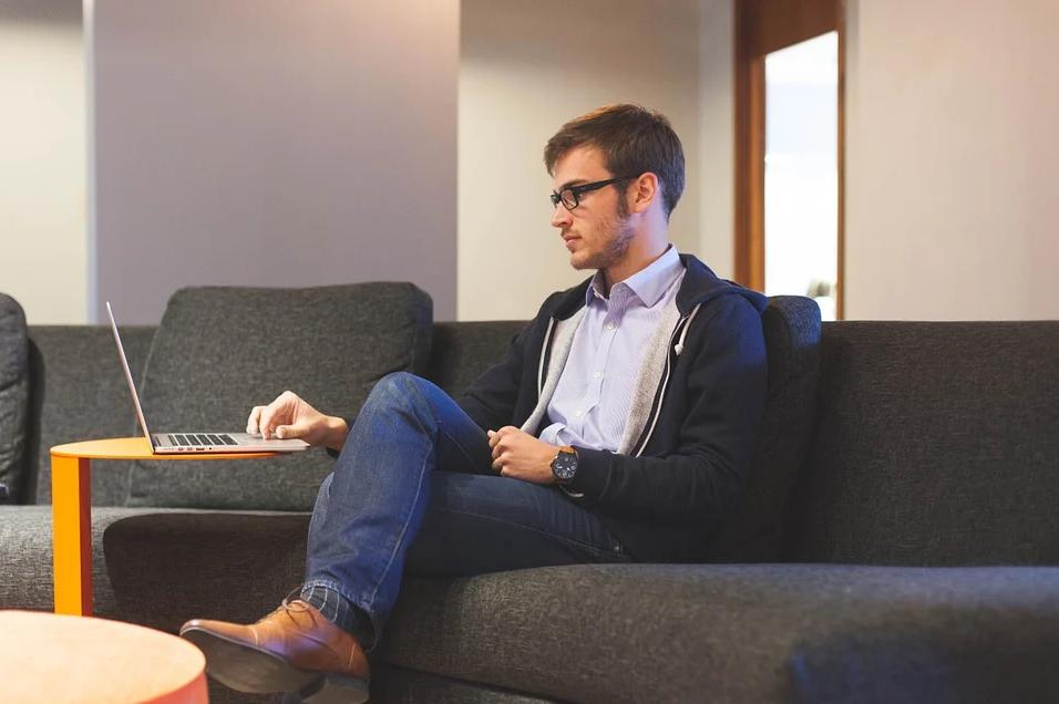 Ngồi lâu trên ghế mềm sẽ khiến bụng béo và mông bị xồ xề; làm sao để thân dưới được thon gọn?
