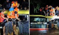 Video nghẹt thở cuộc giải cứu 20 người trên xe khách bị lũ cuốn trôi trong đêm