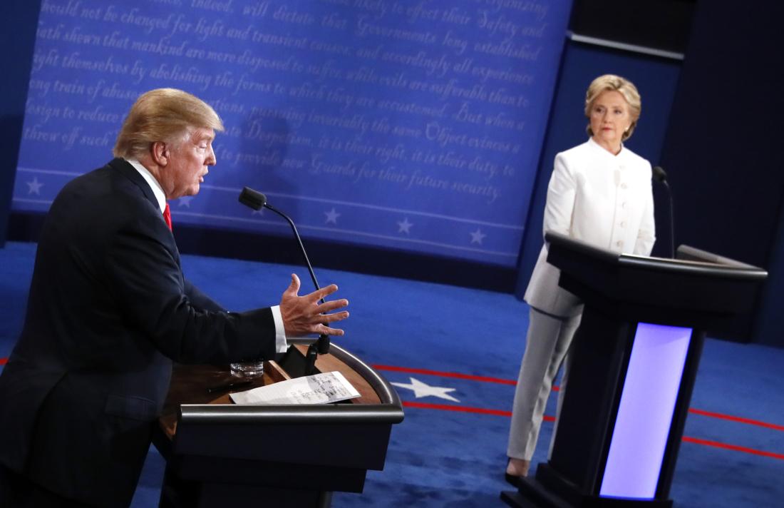 Tổng thống Donald Trump (khi này còn là ứng cử viên đại diện cho Đảng Cộng hòa) và ứng cử viên Đảng Dân chủ Hillary Clinton tham gia cuộc tranh luận Tổng thống cuối cùng trong cuộc bầu cử Tổng thống Hoa Kỳ năm 2016, tại Trung tâm Thomas & Mack trong khuôn viên Đại học Las Vegas ở Las Vegas, Nevada vào ngày 19/10/2016. (Ảnh của MARK RALSTON / AFP qua Getty Images)