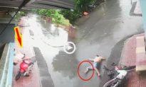 [Clip] Tông trúng vào cổng nhà dân, người đàn ông bị gãy chân đau đớn