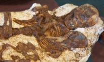 Phát hiện bộ xương hóa thạch mẹ ôm con 4.800 năm tuổi