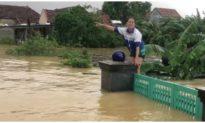 Người dân Quảng Bình khóc trên nóc nhà, lên mạng xã hội kêu cứu vì lũ