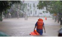 Giải cứu hơn 40 học sinh và giáo viên mắc kẹt trong ngôi trường ở Quảng Trị bị nước lũ bủa vây
