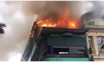 Cháy tầng 5 nhà hàng hải sản ở Hà Nội trong cơn mưa
