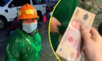 Ấm lòng hình ảnh cô lao công đội mưa chạy đến ủng hộ đồng bào miền Trung 200.000 đồng