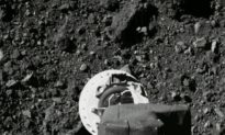 Tàu vũ trụ Hoa Kỳ thực hiện 'nụ hôn' với tiểu hành tinh Bennu như thế nào để lấy mẫu vật cho nghiên cứu
