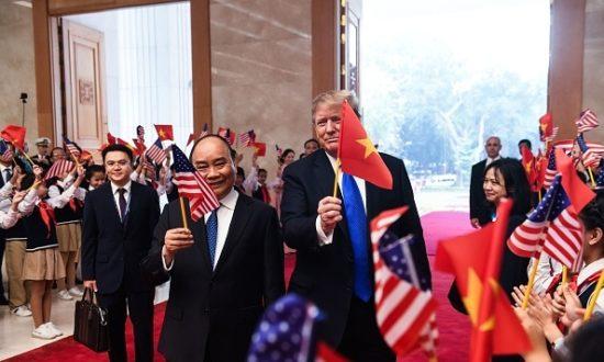 Tổng thống Hoa Kỳ Donald Trump cầm cờ Việt Nam khi Thủ tướng Việt Nam Nguyễn Xuân Phúc cầm cờ Hoa Kỳ khi họ đến dự cuộc họp tại Văn phòng Chính phủ ở Hà Nội vào ngày 27 tháng 2 năm 2019 (Ảnh của SAUL LOEB / AFP qua Getty Images)