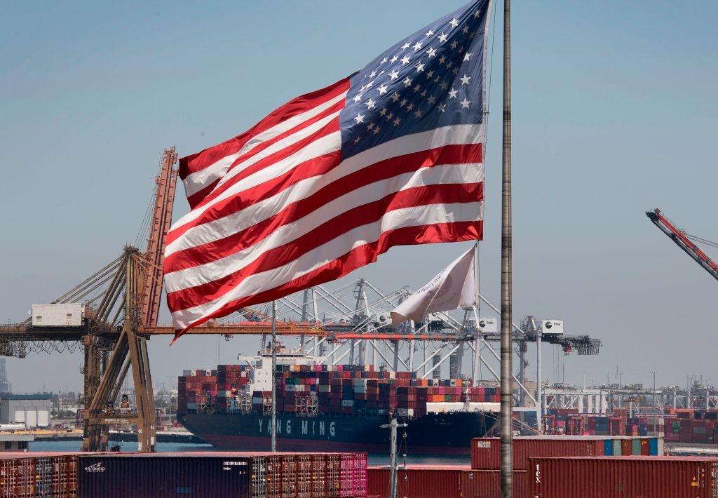 Quốc kỳ Hoa Kỳ treo trên một con tàu container đang dỡ hàng từ châu Á, tại cảng Long Beach, California vào ngày 1 tháng 8 năm 2019. (Ảnh của MARK RALSTON / AFP qua Getty Images)