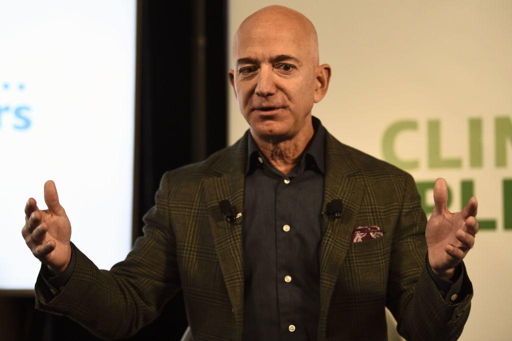 """Vị tỷ phú này có quan hệ trực tiếp với thị trường kinh doanh Trung Quốc, và muốn """"làm ăn"""" yên ổn tại đây, dĩ nhiên Jeff Bezos phải điều chỉnh sao cho """"phù hợp"""" với ĐCSTQ."""