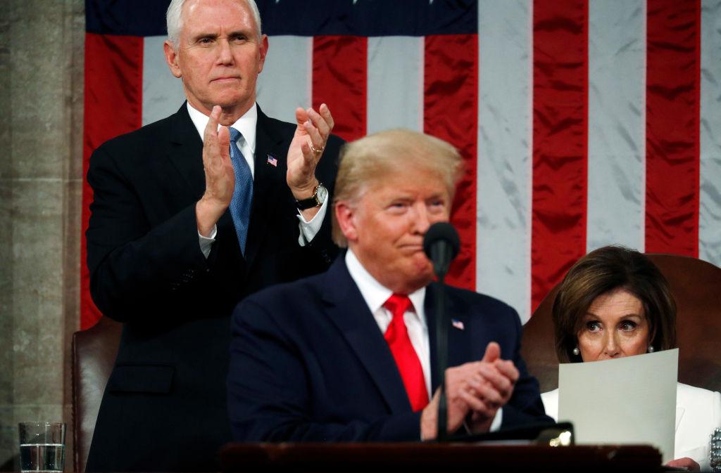 Phó Tổng thống Hoa Kỳ Mike Pence hoan nghênh khi Chủ tịch Hạ viện Nancy Pelosi vẫn ngồi trong bài phát biểu tại Liên bang của Tổng thống Hoa Kỳ Donald Trump tại Hạ viện vào ngày 4 tháng 2 năm 2020 tại Washington, DC. Trump sẽ gửi bài phát biểu thứ ba của mình trong Liên bang vào đêm trước khi Thượng viện Hoa Kỳ chuẩn bị bỏ phiếu trong phiên tòa luận tội ông. (Ảnh của Leah Millis-Pool / Getty Images)