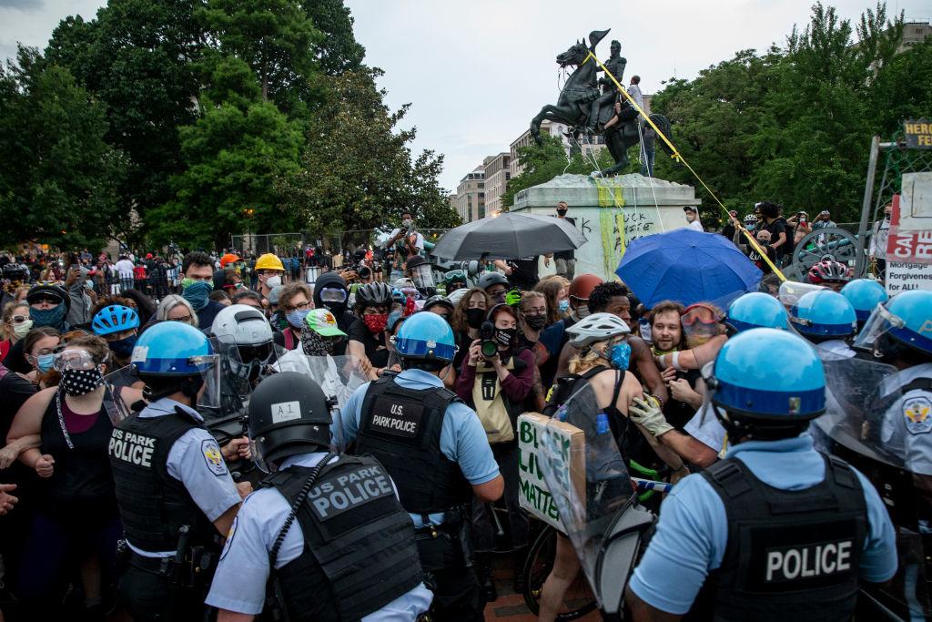 Người biểu tình đụng độ với Cảnh sát Công viên Hoa Kỳ sau khi những người biểu tình cố gắng kéo đổ tượng Andrew Jackson ở Quảng trường Lafayette gần Nhà Trắng vào ngày 22 tháng 6 năm 2020 ở Washington, DC. Các cuộc biểu tình tiếp tục diễn ra trên khắp đất nước về cái chết của người Mỹ gốc Phi khi bị cảnh sát giam giữ. (Ảnh của Tasos Katopodis / Getty Images)
