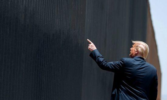 Tổng thống Hoa Kỳ Donald Trump tham gia buổi lễ tưởng niệm bức tường biên giới thứ 200 tại biên giới quốc tế với Mexico ở San Luis, Arizona, ngày 23 tháng 6 năm 2020. (Ảnh của SAUL LOEB / AFP/ Getty Images)