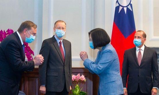 Sau nhiều thập kỷ, các chính trị gia cấp cao nhất của Mỹ đã đến thăm Đài Loan và gặp chủ tịch Thái Văn Anh. Trong ảnh, bà Thái Văn Anh chào đại diện Hoa Kỳ (Ảnh: Getty Images)