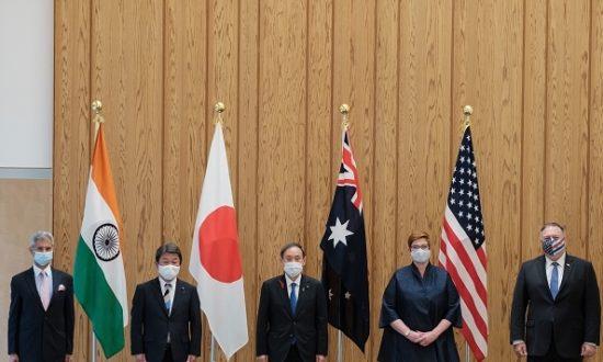 Bộ trưởng Ngoại giao Ấn Độ Subrahmanyam Jaishankar, Bộ trưởng Ngoại giao Nhật Bản Toshimitsu Motegi, Thủ tướng Nhật Bản Yoshihide Suga, Bộ trưởng Ngoại giao Úc Marise Payne và Ngoại trưởng Mỹ Mike Pompeo chụp ảnh trước cuộc họp Quad Indo-Pacific tại văn phòng thủ tướng ở Tokyo vào ngày 6 tháng 10 năm 2020 tại Tokyo. (Ảnh của Nicolas Datiche / POOL / AFP/ Getty Images)