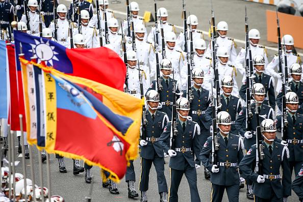 Các thành viên của Lực lượng Bảo vệ Danh dự Quốc phòng diễu hành trong lễ kỷ niệm Quốc khánh ở Đài Bắc, Đài Loan, vào thứ Bảy, ngày 10 tháng 10 năm 2020. Tổng thống Đài Loan Tsai Ing-wen đã kêu gọi đối thoại với Bắc Kinh trong khi thề bảo vệ hòn đảo trước sự đe dọa của Trung Quốc. (ảnh của I-Hwa Cheng / Bloomberg qua Getty Images)