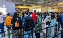 Ông Tập Cận Bình hô hào 'kháng Mỹ', người dân tranh nhau mua iPhone 12