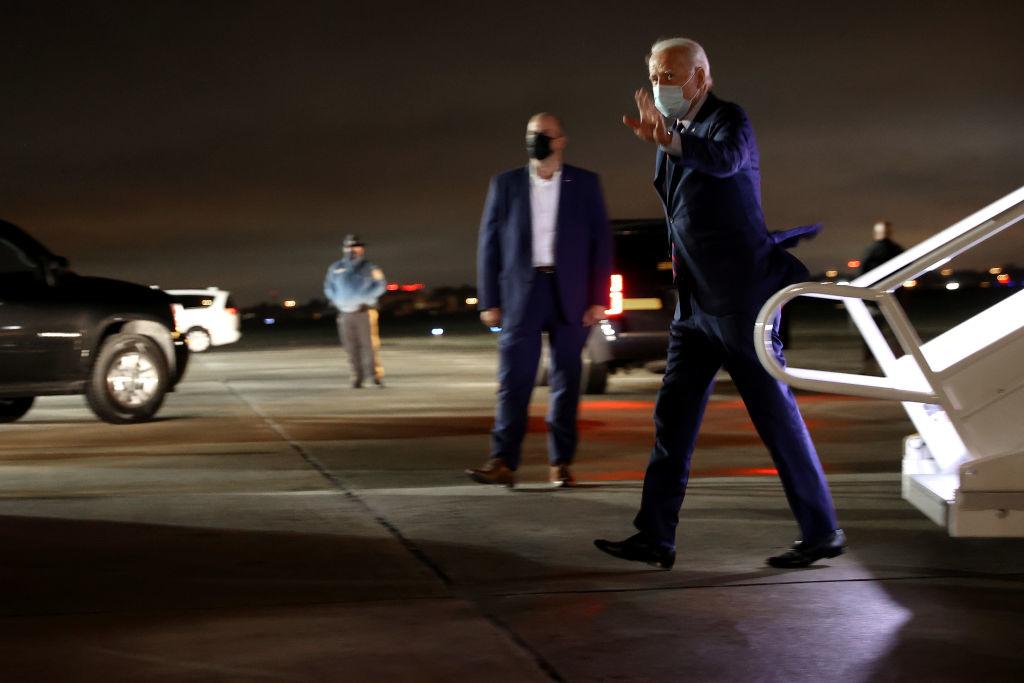 """Ngay sau khi Tổng thống Trump bị gạt ra khỏi """"cuộc chơi"""" vận động tranh cử, Joe Biden đã lên máy bay, bay tới nhiều nơi trong những ngày đầu tháng 10 còn nhiều hơn cả số lần ông bay trong cả tháng 9."""