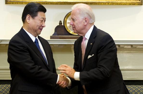 Cựu phó Tổng thống Hoa Kỳ Joe Biden bắt tay Chủ tịch Trung Quốc Tập Cận Bình trong Phòng Roosevelt tại Nhà Trắng ở Washington, DC, ngày 14 tháng 2 năm 2012 (Ảnh: JIM WATSON / AFP qua Getty Images)