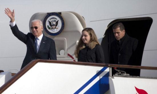 Phó Tổng thống Hoa Kỳ Joe Biden vẫy tay chào khi ông bước ra khỏi Lực lượng Không quân Hai cùng cháu gái Finnegan Biden và con trai Hunter Biden vào ngày 4 tháng 12 năm 2013 tại Bắc Kinh, Trung Quốc (Ảnh của Ng Han Guan-Pool / Getty Images)