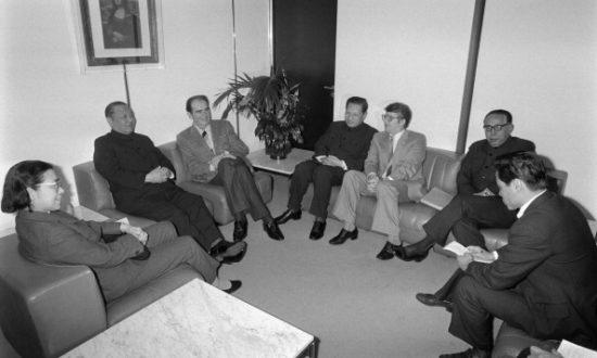 Tổng bí thư Đảng Cộng sản Pháp Georges Marchais (3-L) nói chuyện với chính trị gia Đảng Cộng sản Trung Quốc Tập Trọng Huân (2-L), và các thành viên của phái đoàn ĐCSTQ vào ngày 2 tháng 12 năm 1983 (Ảnh: PHILIPPE WOJAZER / AFP qua Getty Images)