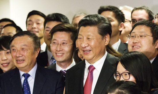 Chủ tịch Trung Quốc Tập Cận Bình chụp ảnh với Chủ tịch Huawei Nhậm Chính Phi và các nhân viên khi ông xuất hiện tại văn phòng của công ty công nghệ Trung Quốc ở London trong chuyến thăm cấp nhà nước vào ngày 21 tháng 10 năm 2015 (Ảnh: MATTHEW LLOYD / AFP qua Getty Images)