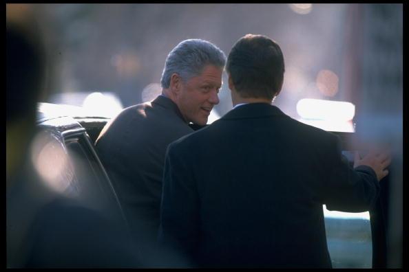 Tổng thống Bill Clinton (L), lạc quan bất chấp những cáo buộc về vụ bê bối tình dục ảnh hưởng đến nhiệm kỳ tổng thống của ông. (Ảnh của Terry Ashe / Bộ sưu tập hình ảnh CUỘC SỐNG qua Getty Images / Getty Images)