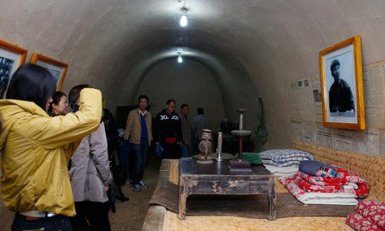 Ba hang động ở một ngôi làng hẻo lánh của Trung Quốc, nơi ông Tập Cận Bình từng sống trong cuộc Cách mạng Văn hóa, luôn đón nhận một lượng lớn những du khách đến để tỏ lòng tôn kính, vào bốn năm sau khi ông lên nắm quyền (Ảnh: STR / AFP qua Getty Images)