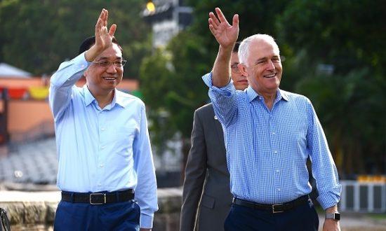 Cựu Thủ tướng Úc Malcolm Turnbull sóng đôi với Thủ tướng Trung Quốc Lý Khắc Cường khi họ đi bộ dọc theo bờ biển Sydney Harbour ở Sydney vào ngày 25 tháng 3 năm 2017. (Ảnh: DAVID GRAY / AFP qua Getty Images)
