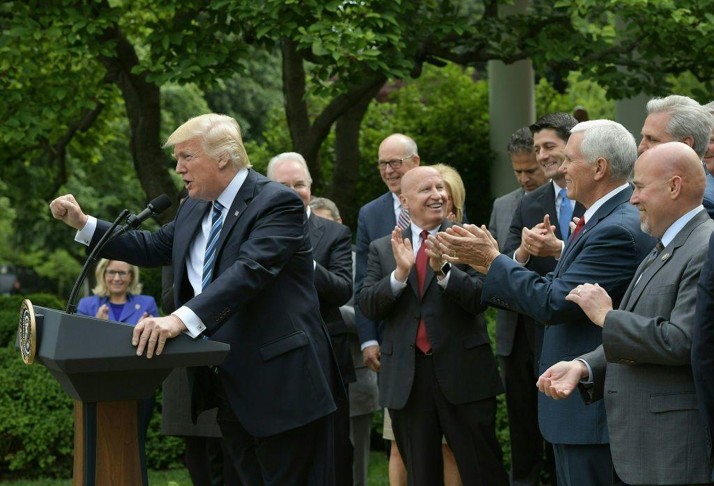 Tổng thống Hoa Kỳ Donald Trump phát biểu tại Vườn Hồng của Nhà Trắng sau khi Hạ viện bỏ phiếu về dự luật chăm sóc sức khỏe vào ngày 4 tháng 5 năm 2017 tại Washington, D Sau nhiều tuần thù địch trong nội bộ và gia tăng áp lực từ Nhà Trắng, các nhà lập pháp đã bỏ phiếu 217 đến 213 để thông qua dự luật loại bỏ phần lớn Đạo luật Chăm sóc Giá cả phải chăng của Barack Obama và cho phép các bang của Hoa Kỳ chọn không tham gia nhiều bảo đảm lợi ích sức khỏe quan trọng của luật. (Ảnh của MANDEL NGAN / AFP qua Getty Images)