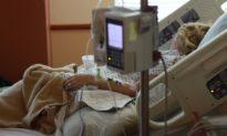 Đầu của bé sơ sinh bị đứt lìa và rơi xuống đất khi bác sĩ ấn mạnh bụng sản phụ…