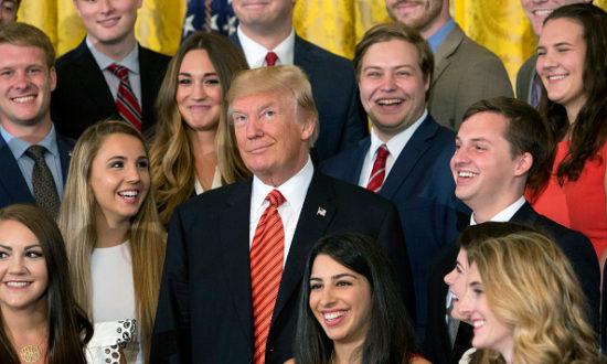 Tổng thống Hoa Kỳ Donald J. Trump chụp ảnh với một nhóm thực tập sinh tại Nhà Trắng ngày 24 tháng 7 năm 2017 ở Washington, DC. (Ảnh của Chris Kleponis-Pool / Getty Images)