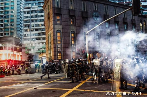 Cảnh sát Hong Kong đã bắn đạn hơi cay