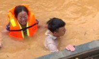 Xót xa cảnh người phụ nữ 4 ngày nhịn đói oà khóc khi được giải cứu