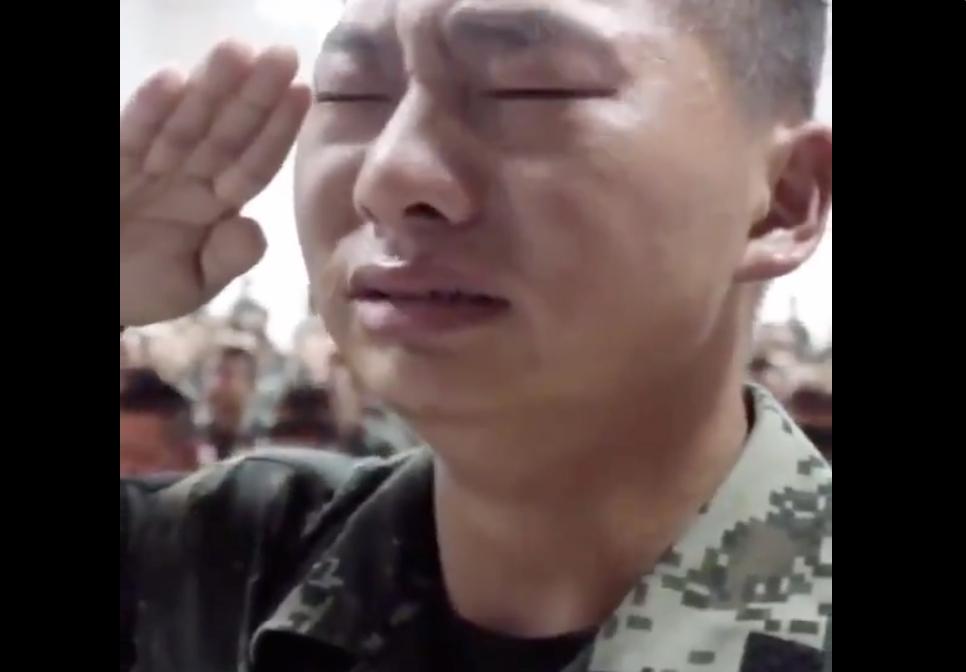 Binh lính Trung Quốc chưa ra trận đã khóc nức nở vì xem video về cha mẹ