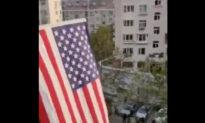 Người Trung Quốc treo cờ Mỹ, Anh, Úc trên ban công nhà và hô lớn: 'Dân chủ muôn năm, độc tài diệt vong'