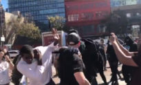 SỐC: Antifa tấn công một người đàn ông da đen đang che chắn bảo vệ người ủng hộ TT Trump