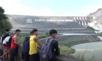 Hàng trăm người đổ xô đi xem Thủy điện Hòa Bình xả lũ